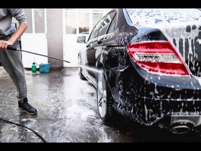 手洗い洗車します。の写真