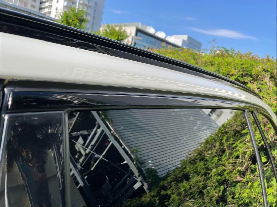 輸入車などで発生するドアモールの白ボケ(腐食)の除去、コーティングを行います。の写真